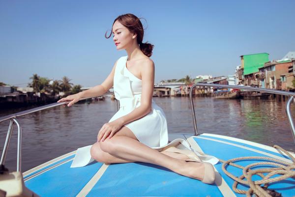 Lan Phương ngồi ca nô tham quan kênh rạch Sài Gòn